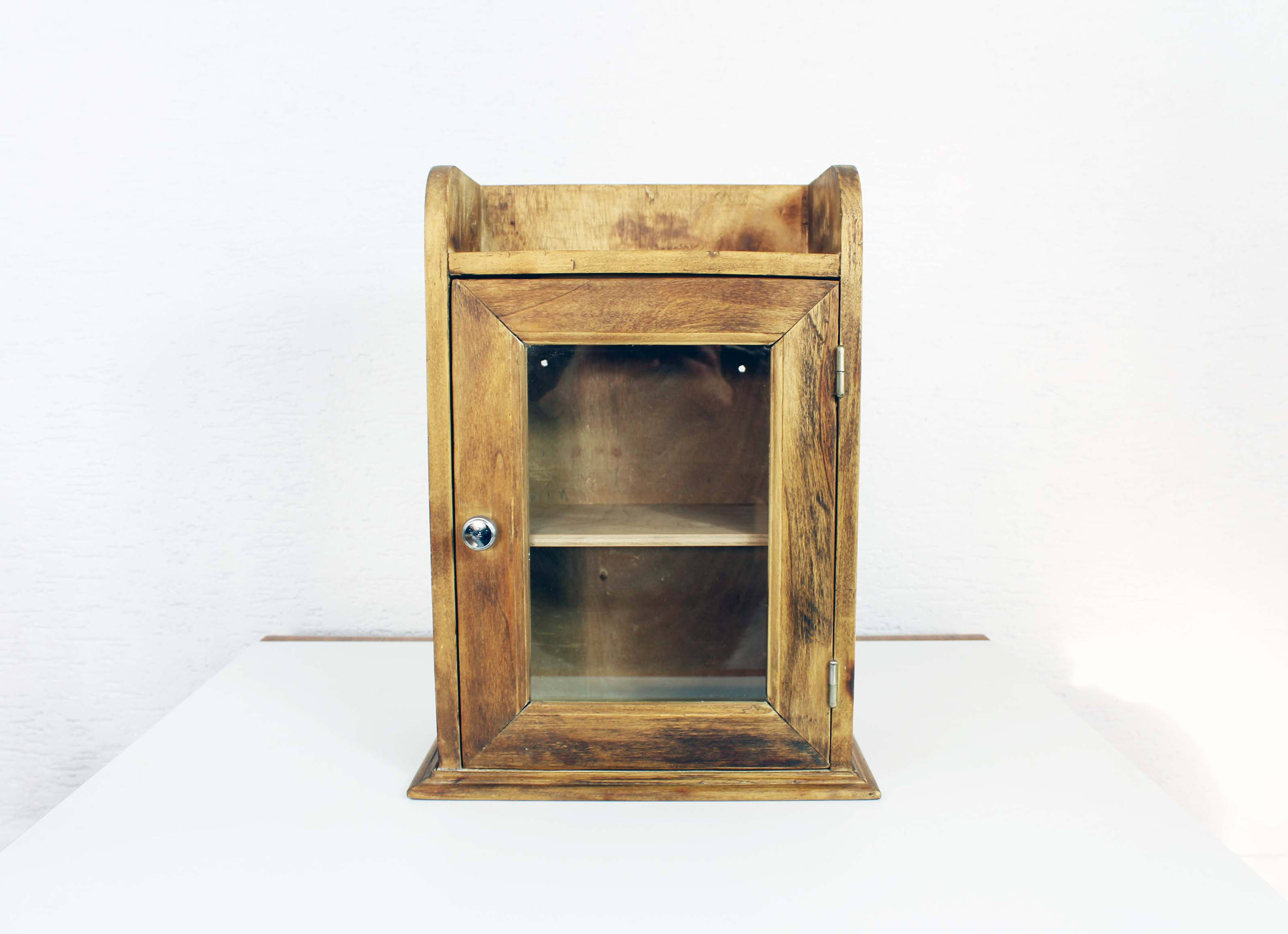 Petit vitrine en bois massif vintage